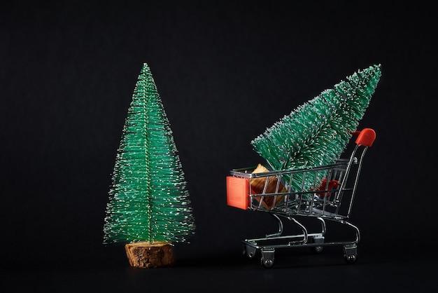 Buon natale e felice anno nuovo composizione con albero di natale su sfondo nero