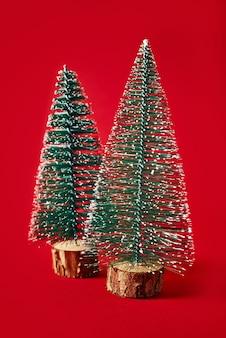 Buon natale e felice anno nuovo composizione con albero di natale su sfondo rosso