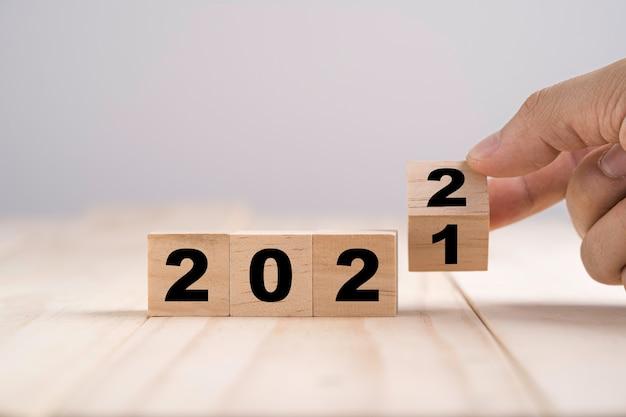 Buon natale e felice anno nuovo concetto, lancio del blocco di cubi di legno cambia dal 2021 al 2022.