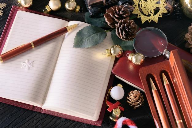 Buon natale e felice anno nuovo concetto con legno di penna vintage nota libro e altra decorazione