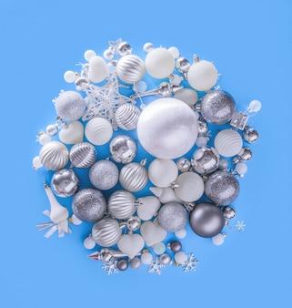 Buon natale e felice anno nuovo concetto con palle celebration argento bronzo su ba blu
