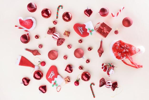 Buon natale e felice anno nuovo concetto con decorazione palle colore rosso altra decorazione