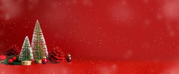 Buon natale e felice anno nuovo neve caduta sfondo rosso con albero di natale