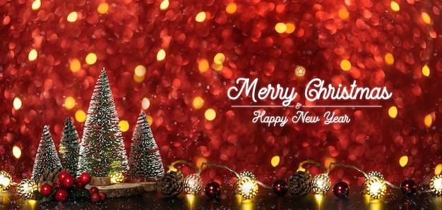 Buon natale e felice anno nuovo testo sopra l'albero di natale su luci scintillanti di scintillio rosso