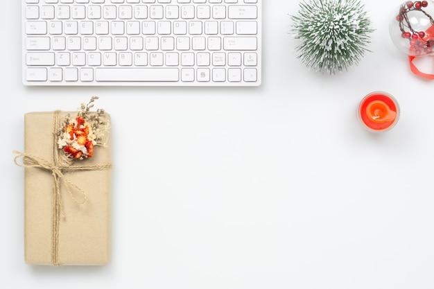 Desktop dello spazio di lavoro di ufficio di buon natale e felice anno nuovo