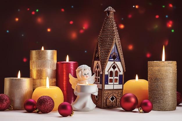 Buon natale. candele accese e altri accessori per le vacanze invernali.