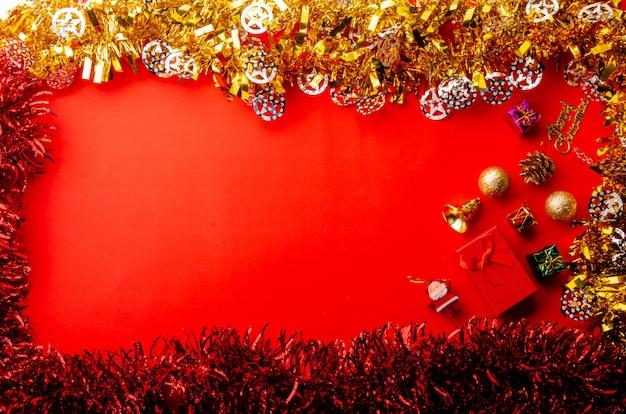 Buon natale sfondo rosso con elementi decorativi oro e lucido