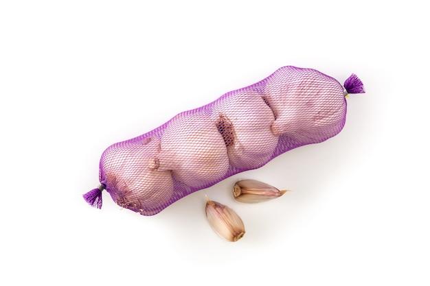 Borsa a rete di spicchi d'aglio isolati