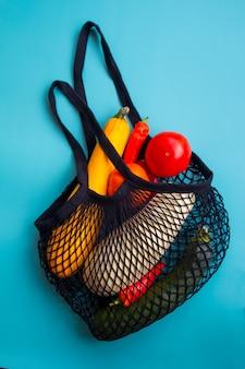 Una borsa a rete con un raccolto di verdure. borsa della spesa