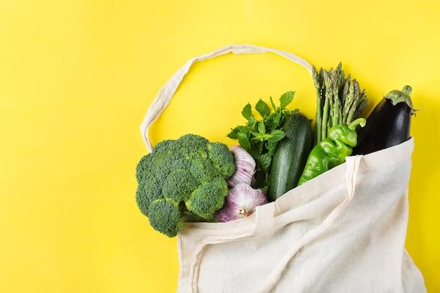 Borsa a rete con verdure zero spreco senza plastica concetto