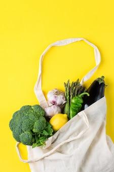 Sacchetto in rete con verdure zero spreco senza plastica concetto