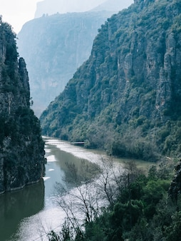 Vista affascinante di un lago calmo circondato da montagne rocciose