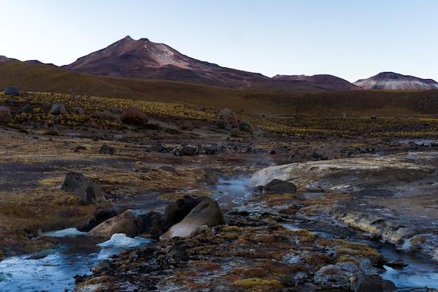 Vista affascinante del paesaggio montuoso roccioso