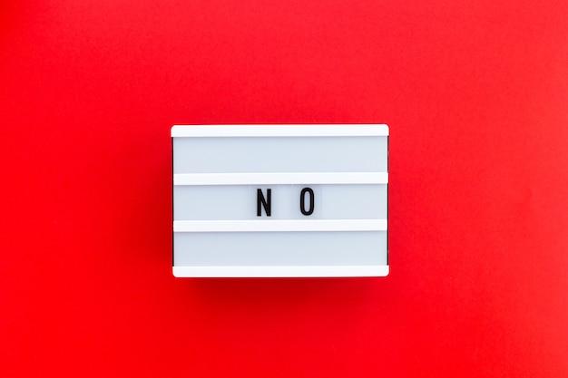 Messaggio no su lightbox bianco isolato su sfondo rosso. concetto di osare dire di no con fiducia