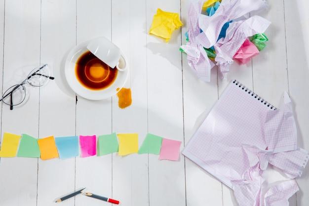 Messaggio in cubi di legno su uno sfondo di tabella. stile di vita, affari, ufficio, motivazione