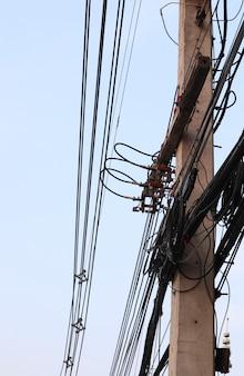 Cavi e fili elettrici disordinati sul palo elettrico