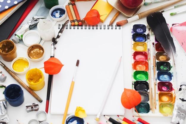 Posto di lavoro disordinato dell'artista creativo,