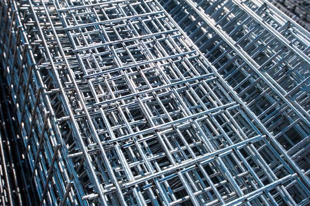 Primo piano delle barre di metallo raccordi in ferro