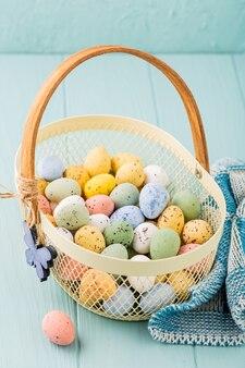 Cestino in metallo con uova di quaglia colorate di pasqua. concetto di vacanze di primavera con lo spazio della copia