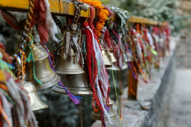 Campane di metallo appese alle catene in un tempio indù