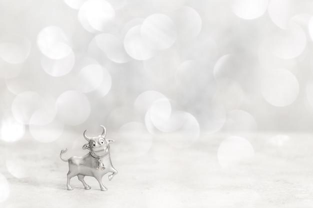 Toro di metallo su bolle bianche lucide