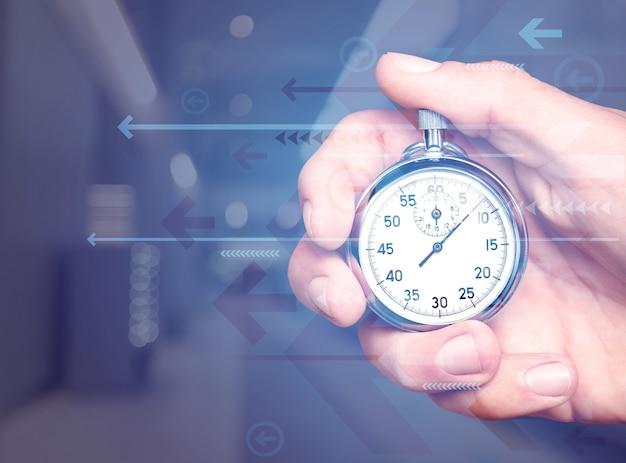 Cronometro classico in metallo in mano umana
