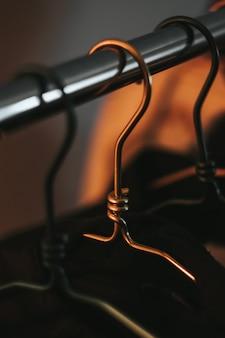 Appendiabiti in metallo nell'armadio