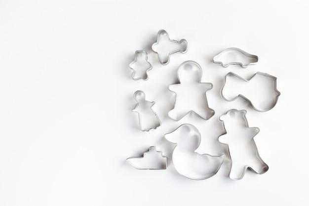 Formine per biscotti in metallo sulla superficie bianca