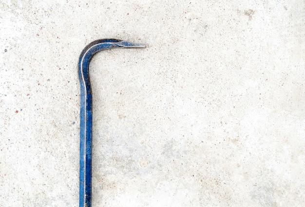 Piede di porco in metallo su un pavimento di cemento