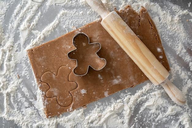 Tagliapasta in metallo a forma di omino di marzapane ripieno di pasta