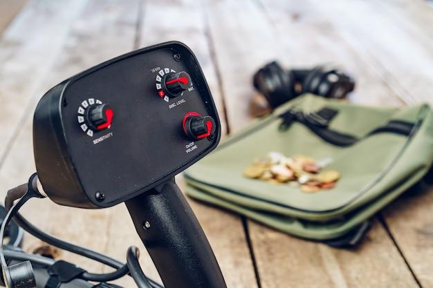 Strumento metal detector su tavola di legno marrone si chiuda