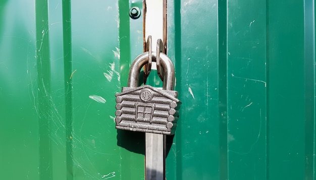 Porta in metallo con serratura, trama e sfondo. texture di sfondo di un lucchetto di ferro su un cancello di metallo arrugginito.
