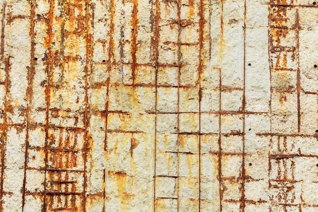 Montaggi del metallo, vecchio muro di cemento, fondo di struttura della fattoria.