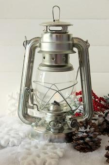 Luce flash in metallo e decorazioni natalizie su sfondo chiaro