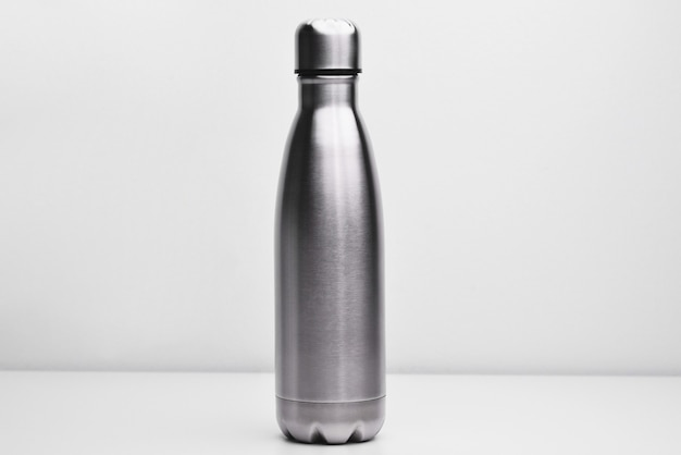 Pallone di metallo per la conservazione di un liquido caldo o freddo su sfondo bianco