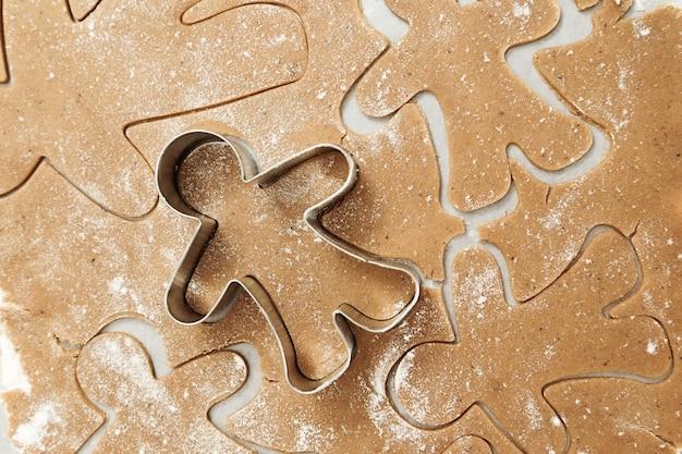 Una forma di metallo a forma di omino di pan di zenzero per tagliare biscotti figurati.