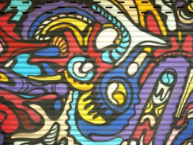 Cancello di metallo decorato con graffiti nello stile della cultura dell'arte di strada. trama di sfondo colorato