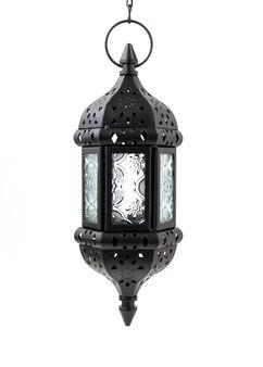 Lanterna marocchina d'attaccatura del metallo della candela isolata su fondo bianco.