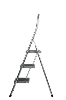 Metallo scala domestica scaletta in alluminio isolare per il ritaglio su uno sfondo bianco