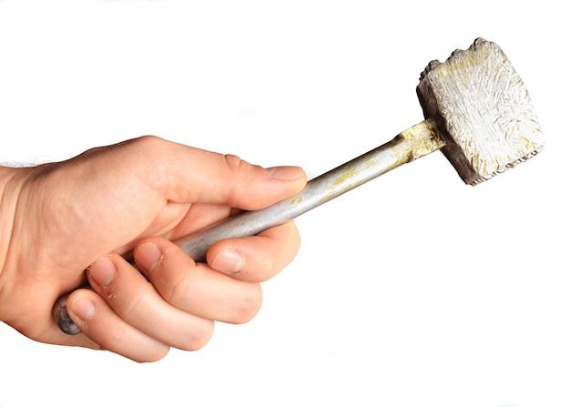 Metal il martello della cucina a disposizione isolato su fondo bianco.
