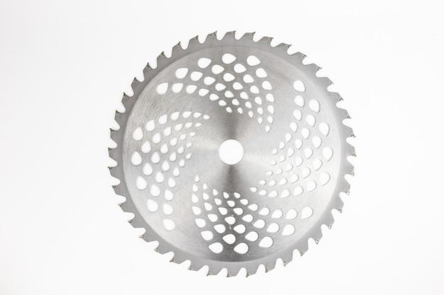 Coltello in metallo per decespugliatore tosaerba su sfondo bianco isolare