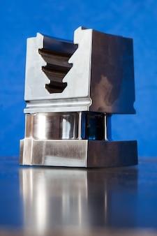 Parte metallica dell'anello del motore a turbina. primo piano del dettaglio in bianco