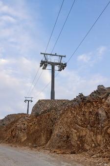 Pilastri metallici della seggiovia. pendii di montagna in estate