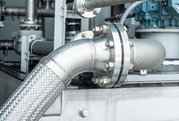 Flange per tubi in metallo con bulloni nella zona industriale