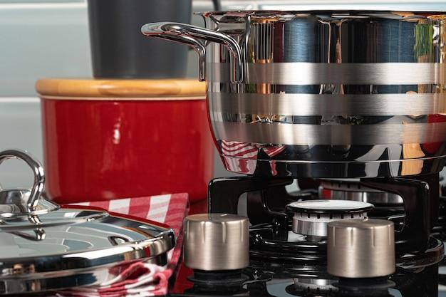 Metal il vaso su una fine della cucina del bruciatore della stufa di gas a casa su