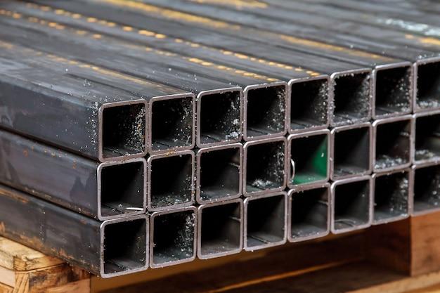 Tubo profilato in metallo di sezione rettangolare dopo il taglio su una sega a nastro.