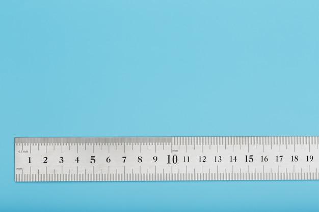 Un righello di metallo con una scala sul blu è un superscape