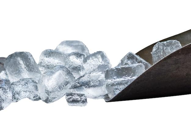 Paletta di metallo con cubetti di ghiaccio su sfondo bianco