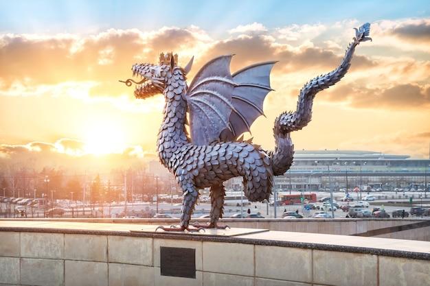 La scultura in metallo del dragon zilant a kazan sullo sfondo del cielo allo zenzero al tramonto e del sole