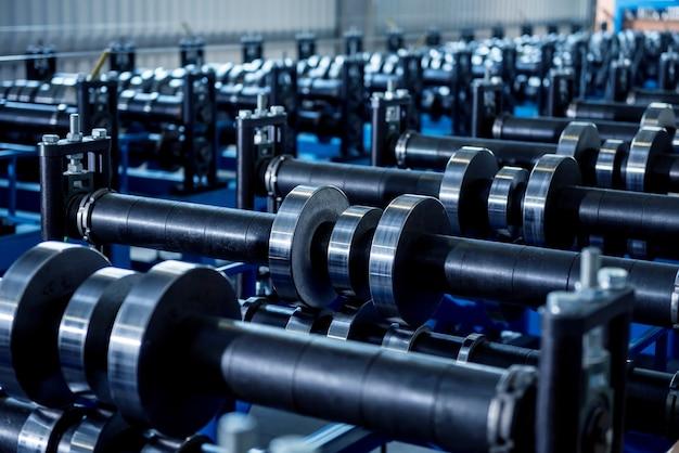 Macchina per la formatura di lamiere nella moderna fabbrica di metalli